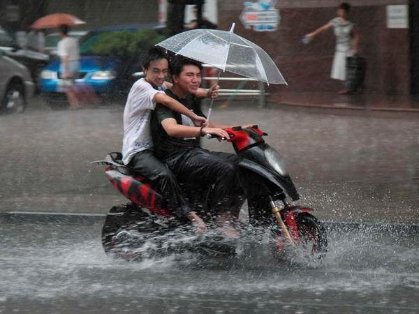 vivir sin coche pero con moto es un peligro cuando llueve